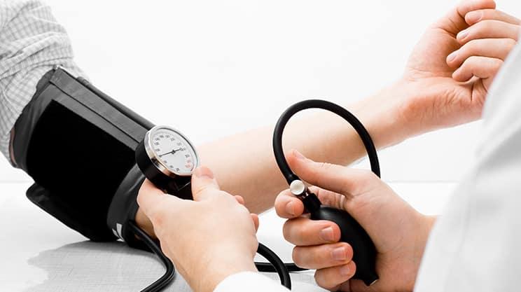 Niedriger Blutdruck – diese Symptome deuten darauf hin